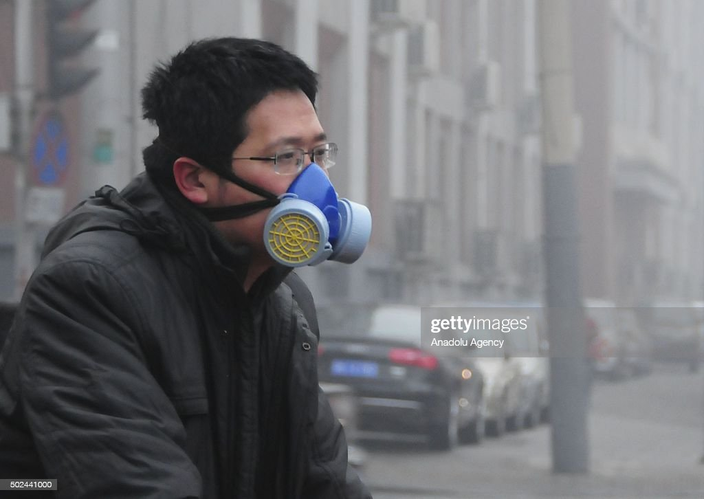 China issues red alert for smog in 10 cities : News Photo