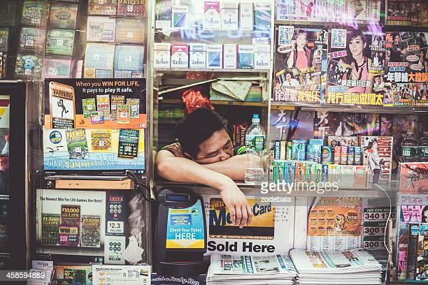 Homme chinois Newstand à une chambre dans la ville de New York