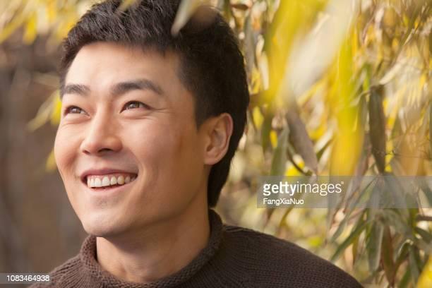 Chinesischer Mann stehend im freien