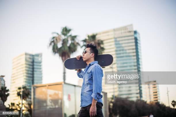 スケート ボードで中国人男性