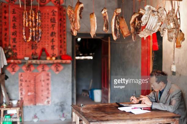 Chinese hombre trabajando en la casa rural