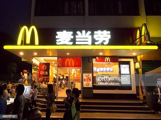 chinese mcdonalds - niet westers schrift stockfoto's en -beelden