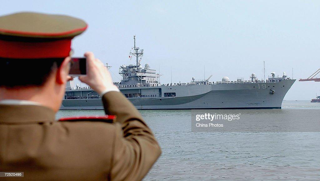 Command Ship Blue Ridge Of The U.S. Navy Visits China : News Photo