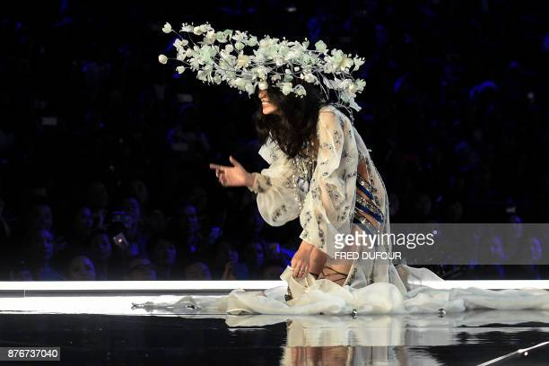 Chinese model Ming Xi falls as she presents a creation during the 2017 Victoria's Secret Fashion Show in Shanghai on November 20 2017 / AFP PHOTO /...
