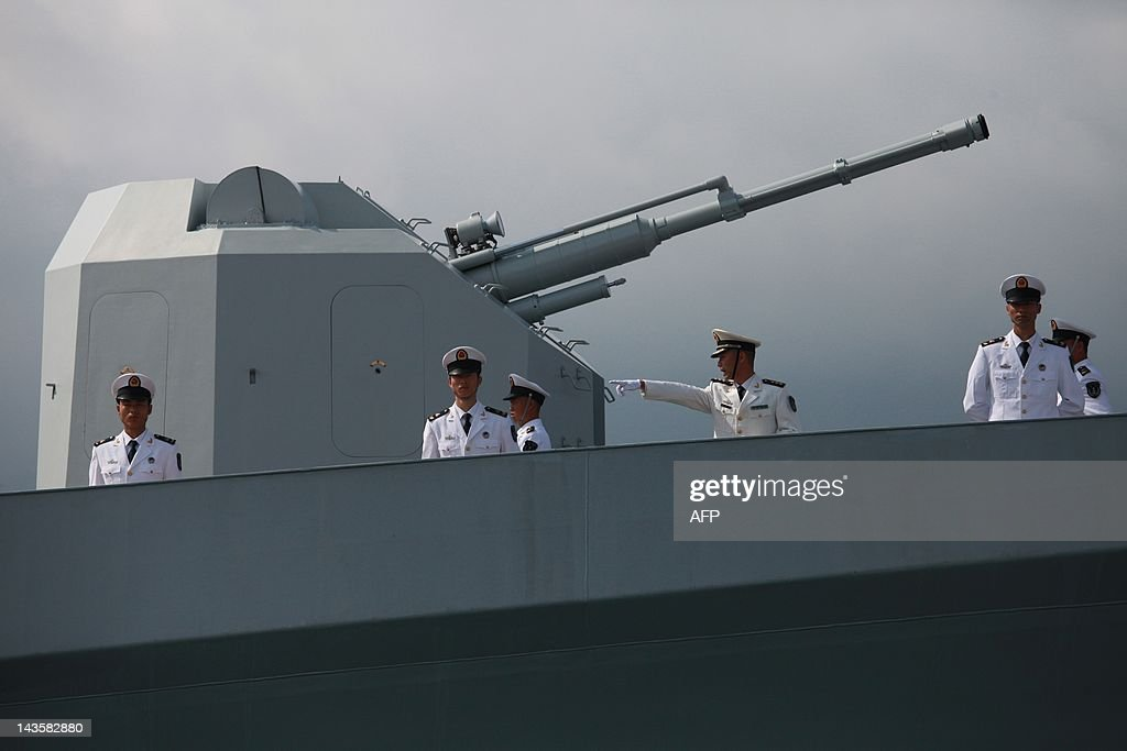 Chinese navy servicemen stand at the rea : News Photo