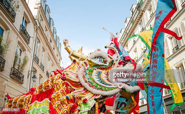 chinese new year dragon in paris - dragon photos et images de collection