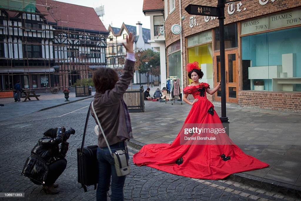 Chinese Newlyweds Photographed In Thames Town : Nachrichtenfoto