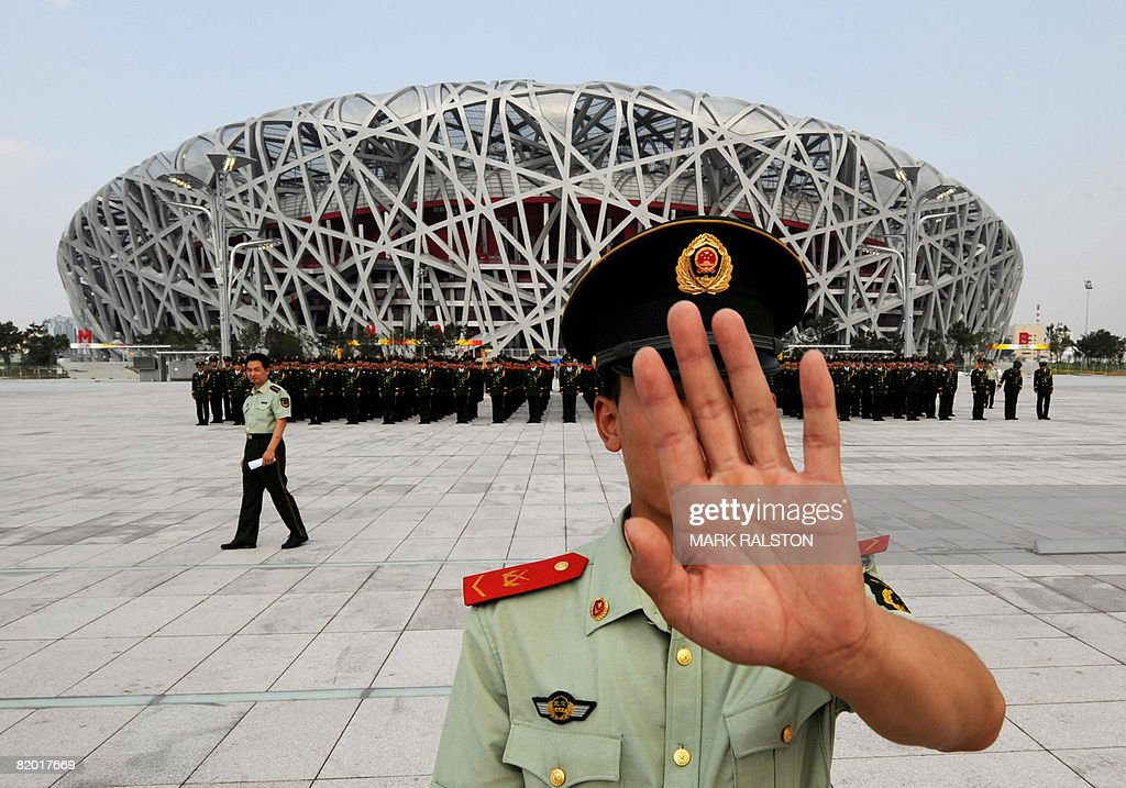A Chinese paramilitary policeman tries t : News Photo