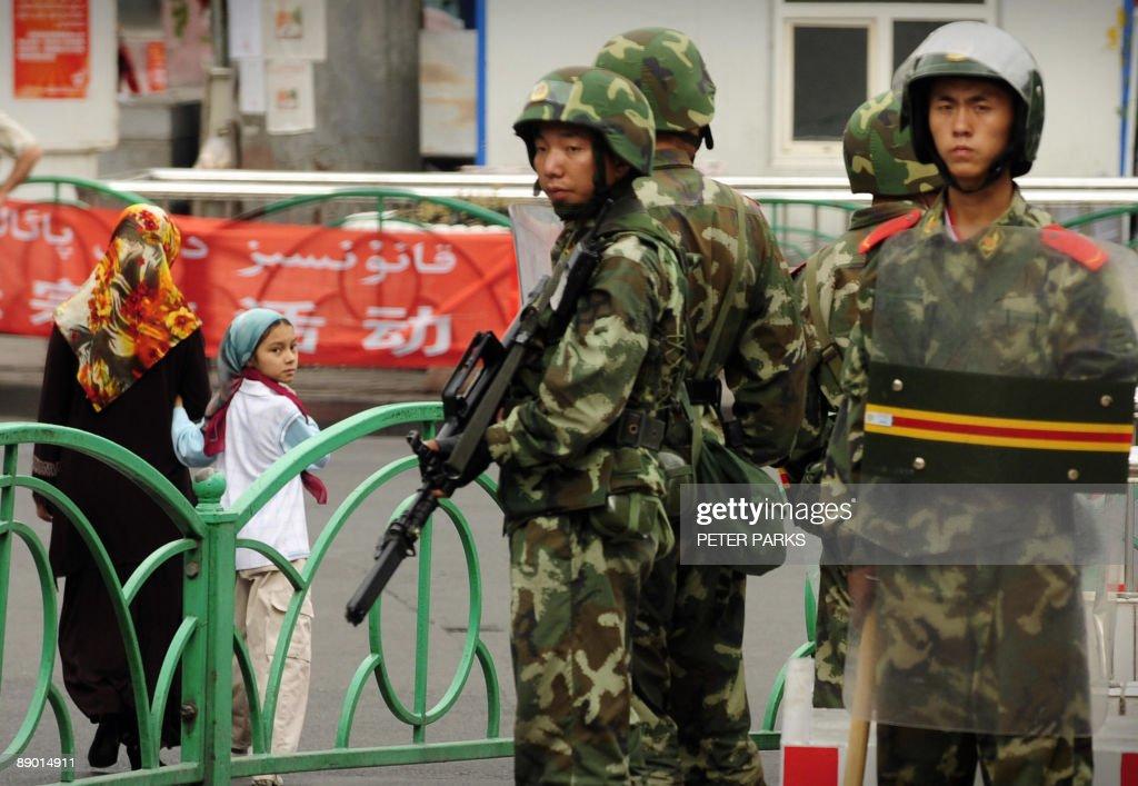 Chinese paramilitary policemen stand gua : Nachrichtenfoto