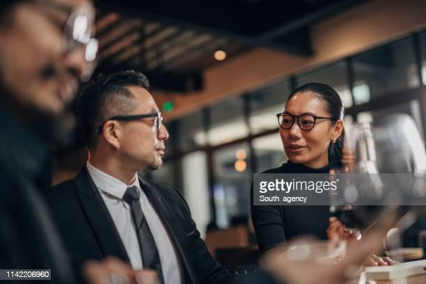 chinesen geschäfte in restaurant - ereignis atmosphäre stock-fotos und bilder