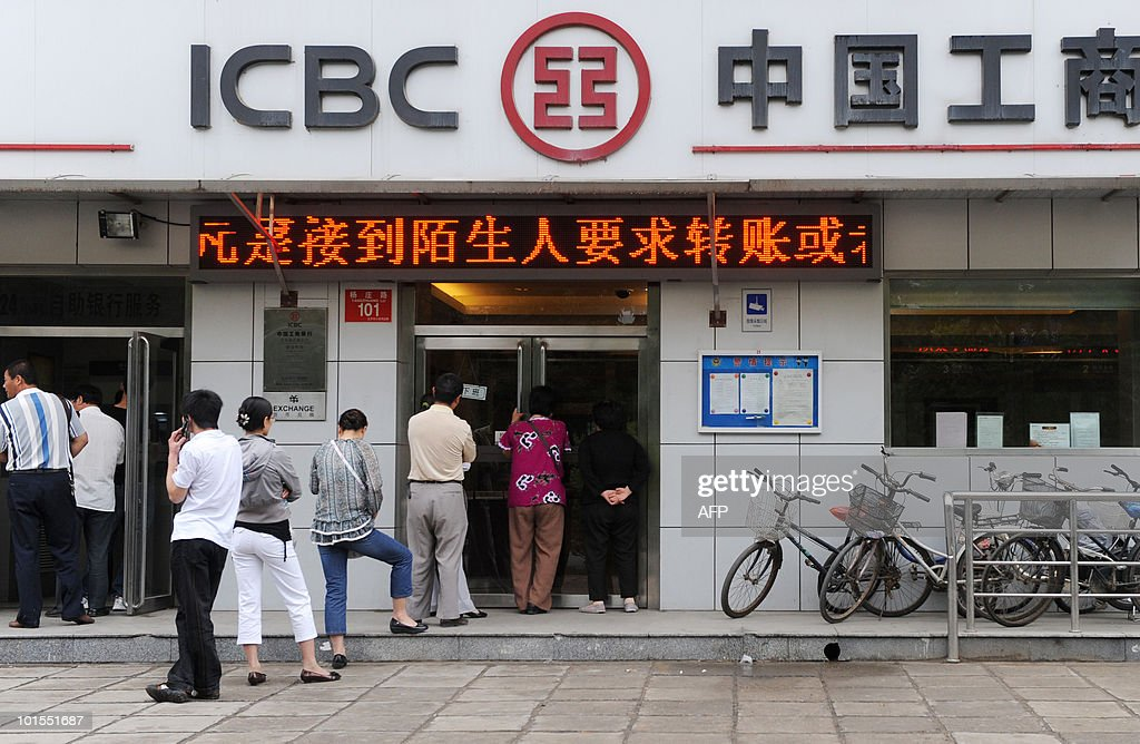 Chinese people queue up outside a bank as they wait to buy convertible bonds issued by Bank of China, in Beijing on June 1, 2010. Bank of China began to issue 40 billion yuan (5.9 billion USD) in convertible bonds on June 1 after the government called on lenders to beef up their defences against bad debt. AFP PHOTO/Franko Lee