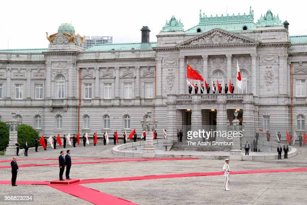 Chinese Premier Li Keqiang attends the welcome ceremony with Japanese Prime Minister Shinzo Abe at the Akasaka State Guest House on May 9 2018 in...