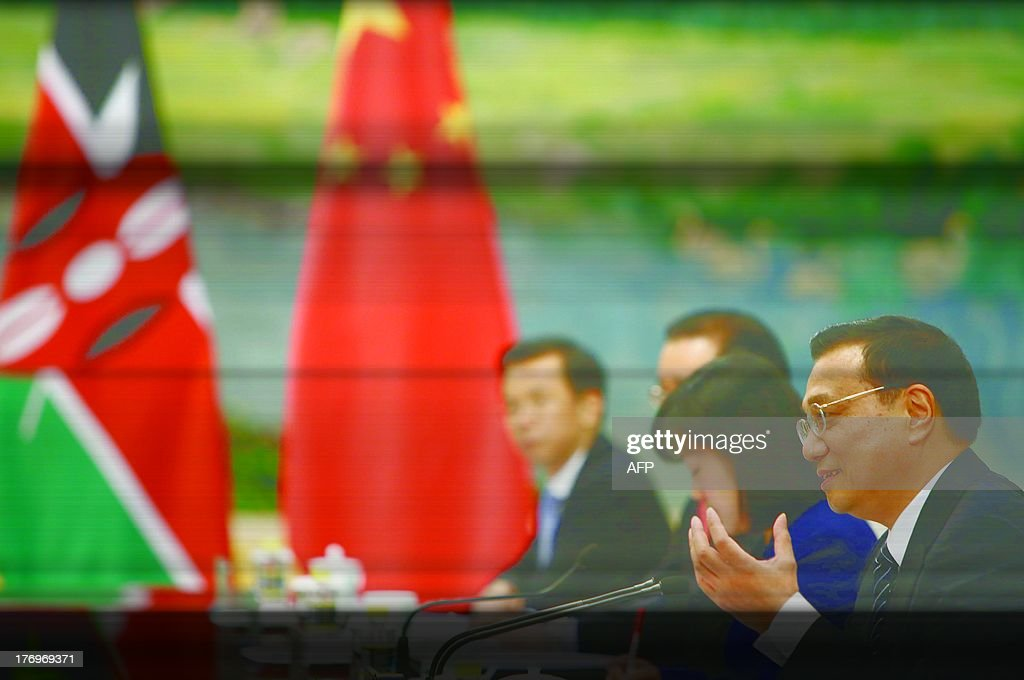 Chinese Premier Li Keqiang (R) speaks with Kenyan President Uhuru Kenyatta during their meeting at the Great Hall of the People in Beijing on August 20, 2013.