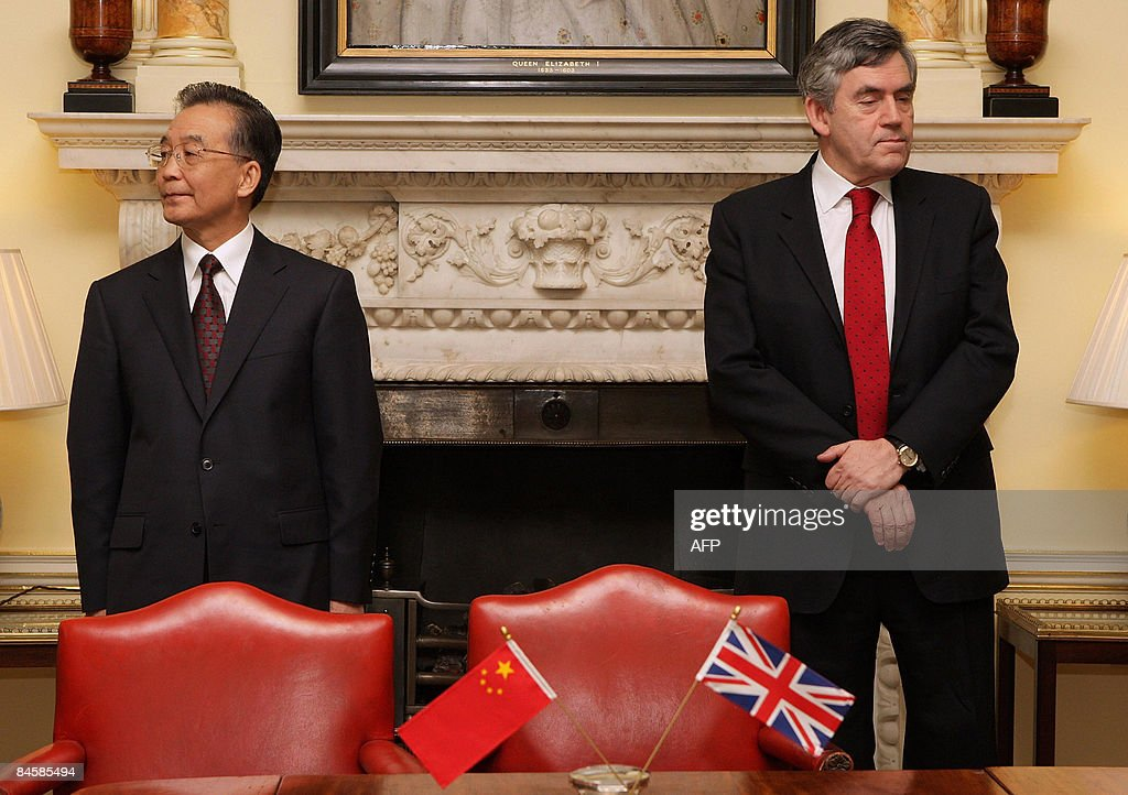Chinese Premier Wen Jiabao (L) and Briti : News Photo