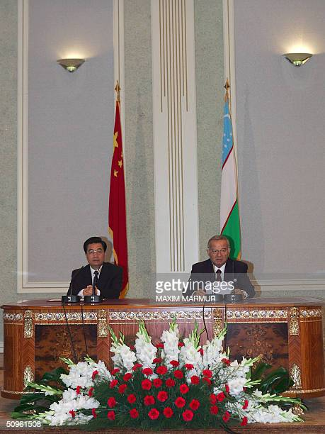 Chinese President Hu Jintao and his Uzbek counterpart Islam Karimov give a press conference 15 June 2004 at the presidential residence outside...