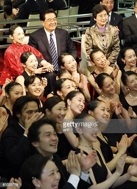Chinese President Hu Jintao and his wife Liu Yongqing pose with ballet dancers as they visit THE Matsuyama Ballet company in Tokyo on May 8 2008 Hu...