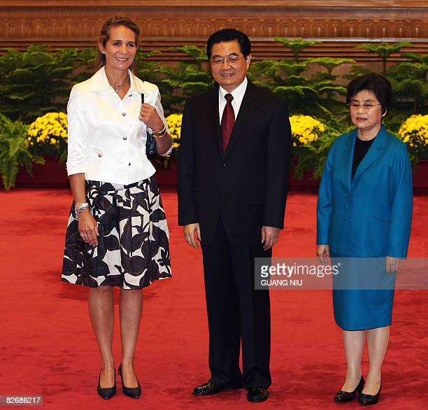 Chinese President Hu Jintao and his wife Liu Yongquing pose with Spain's Princess Elena de Borbon prior to a welcome luncheon ahead of the opening...
