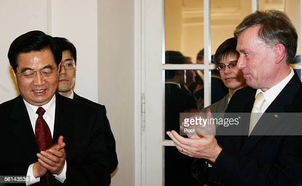 Chinese President Hu Jintao applauds as German President Horst Koehler looks on at a reception at Charlottenburg Castle on November 11, 2005 in...