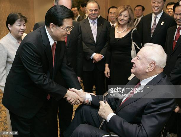 Chinese President Hu Jintao shakes hands with former Australian prime minister Gough Whitlam at a state dinner in Sydney 05 September 2007 as the...