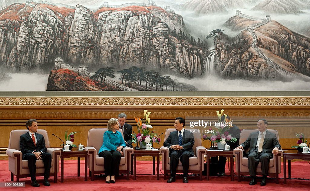 Chinese President Hu Jintao (R) speaks alongside US Secretary of Treasury Timothy Geithner (L), US Secretary of State Hillary Clinton (2nd L) and Chinese Vice-Premier Wang Qishan (R) during meetings at the Great Hall of the People in Beijing, May 25, 2010. Clinton said two days of high-level Sino-US talks had been 'very productive' but admitted differences remained, especially on economic and trade issues. AFP PHOTO / POOL / Saul LOEB