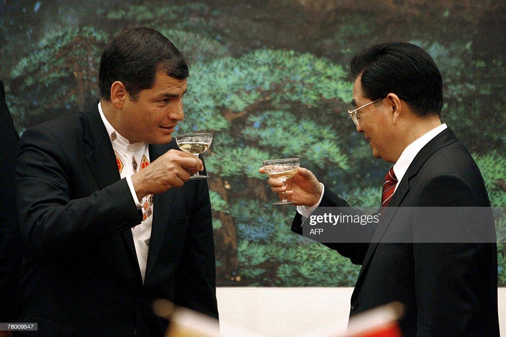 Chinese President Hu Jintao (R) toasts w : News Photo