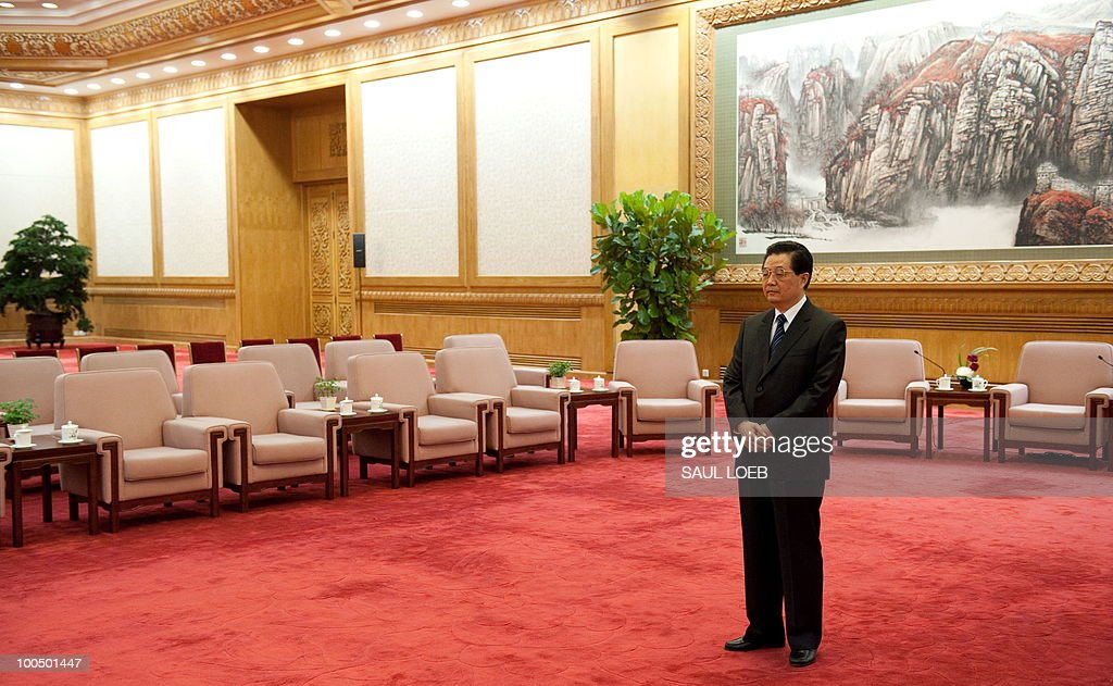 Chinese President Hu Jintao waits for US Treasury Secretary Timothy Geithner and US Secretary of State Hillary Clinton to arrive for meetings at the Great Hall of the People in Beijing, May 25, 2010. AFP PHOTO / POOL / Saul LOEB