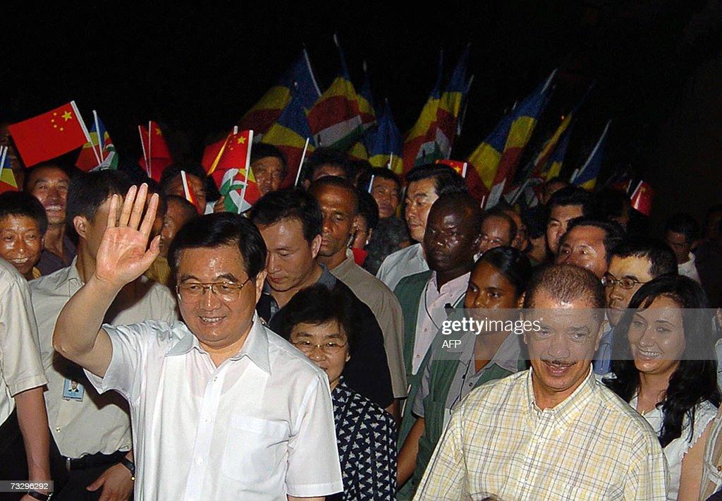 Chinese President Hu Jintao (L) waves go... : News Photo