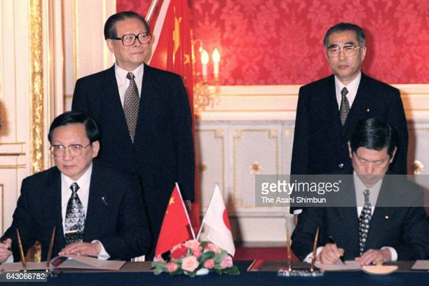 Chinese President Jiang Zemin and Japanese Prime Minister Keizo Obuchi attend the signing ceremony following their meeting at Akasaka State Guest...