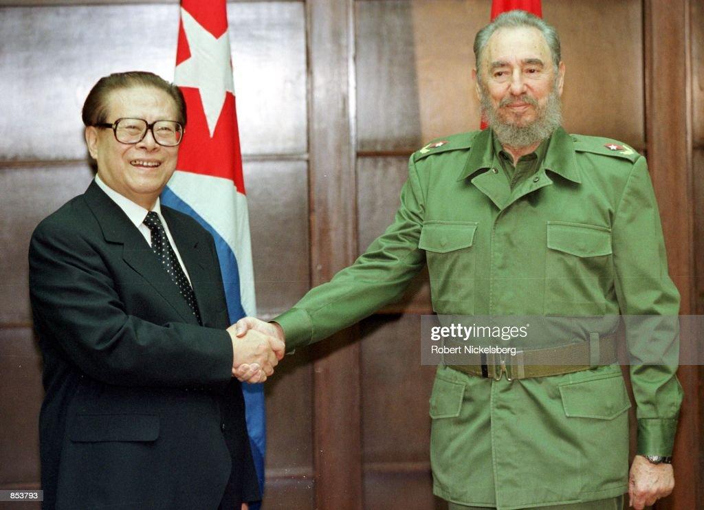 Chinese President Jiang Zemin with Castro in Havana : News Photo