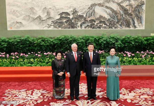Chinese President Xi Jinping and wife Peng Liyuan welcome Malaysian Prime Minister Najib Razak and his wife Rosmah Mansor at the welcoming banquet...