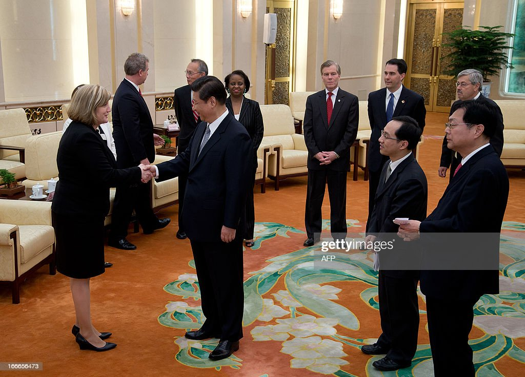Chinese President Xi Jinping (C) shakes hands with delegates as Wisconsin Governor Scott Walker (top 2nd R) and Iowa Governor Terry Branstad (top R) look on at the Great Hall of the People in Beijing on April 15, 2013. Branstad is in China until April 19. AFP PHOTO / POOL / Andy Wong