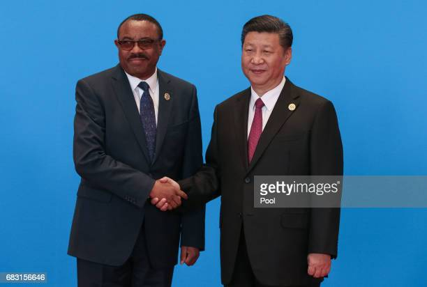 Chinese President Xi Jinping shakes hands with Ethiopian Prime Minister Hailemariam Desalegn as they attend the welcome ceremony at Yanqi Lake during...