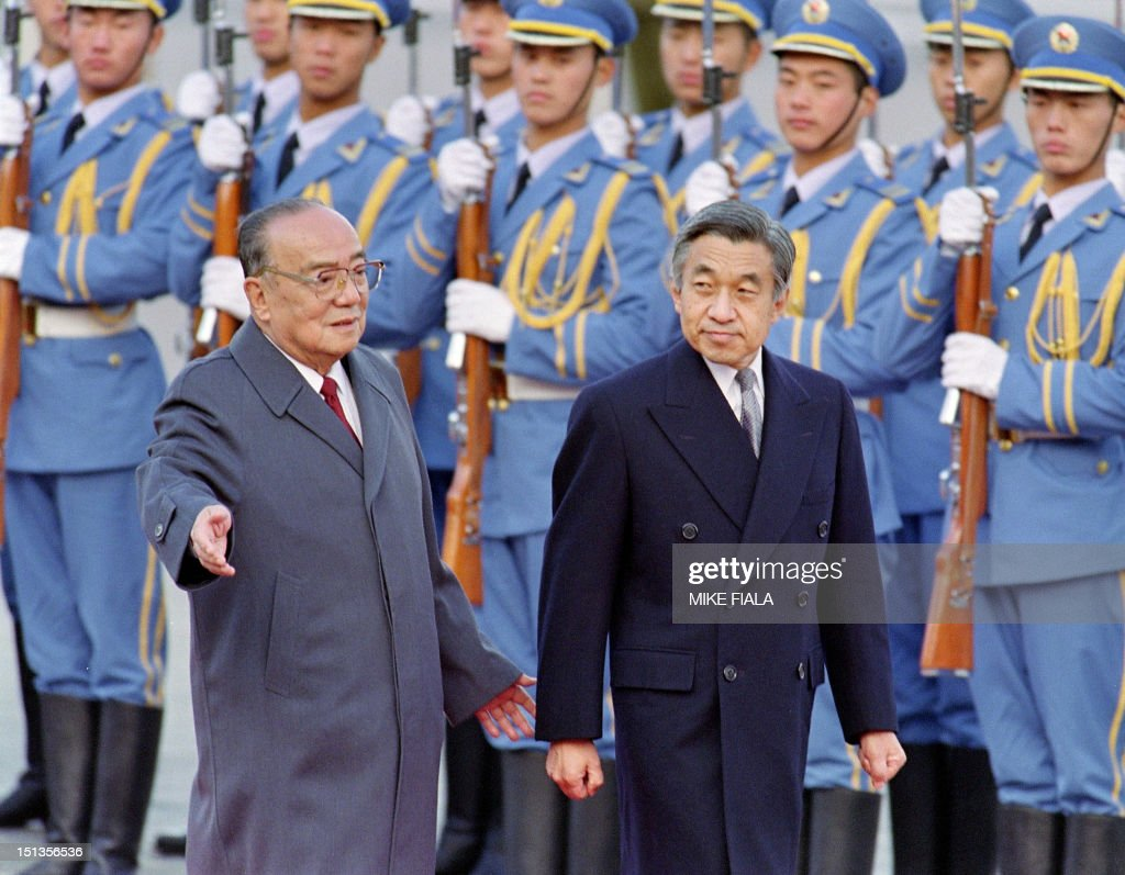 Chinese President Yang Shangkun (L) and Japanese Emperor Akihito review the honor guard in front of the Great Hall of the People in Beijing, 23 October 1992. Akihito arrived in China 23 October 1992, to mark the 20th anniversary of Sino-Japanese diplomatic relations.