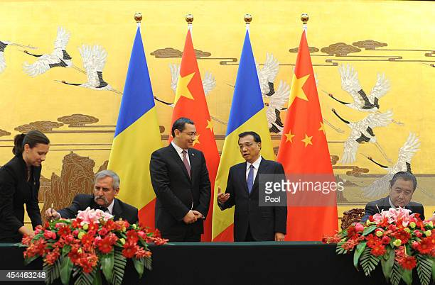 Chinese Prime Minister Li Keqiang talks with Romanian Prime Minister Victor Ponta during a signing ceremony between China and Romania at the Great...