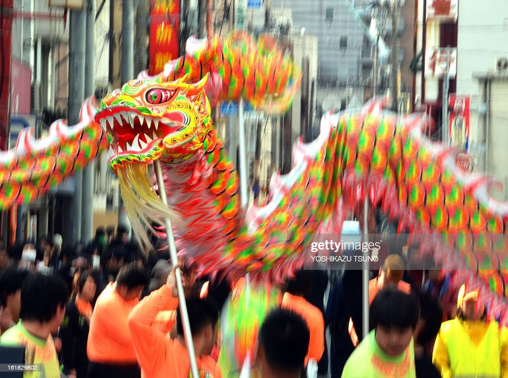Chinese residents in Japan perform a dragon dance to celebrate the Lunar New Year in Japan's largest Chinatown in Yokohama, suburban Tokyo on February 17, 2013. Tens of thousands people enjoyed the annual parade event to mark the start of the Lunar New Year. AFP PHOTO / Yoshikazu TSUNO