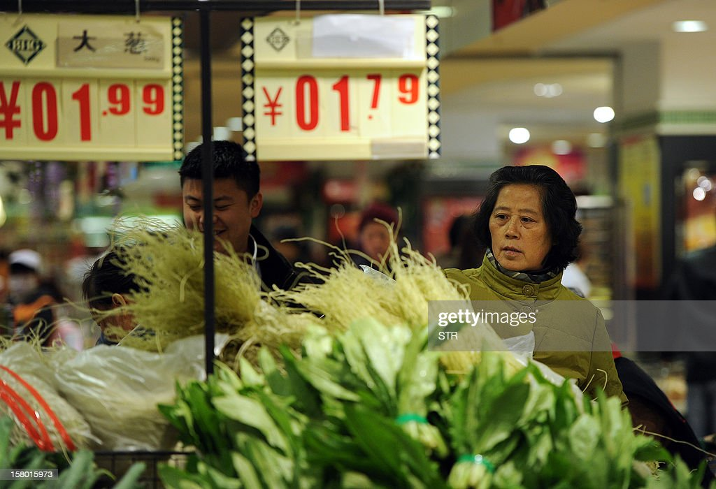 Chinese shoppers buy vegetables at a supermarket in Hefei, east China's Anhui province on December 9, 2012. China's inflation rate accelerated slightly to 2.0 percent in November, the National Bureau of Statistics said on December 9. CHINA