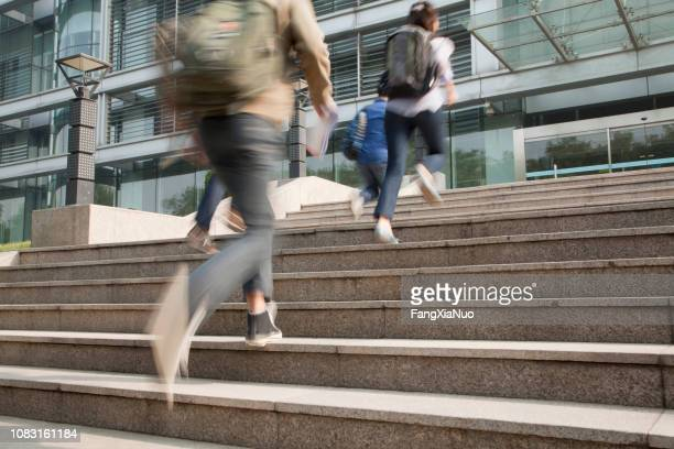 chinese students running on campus - istantanea foto e immagini stock