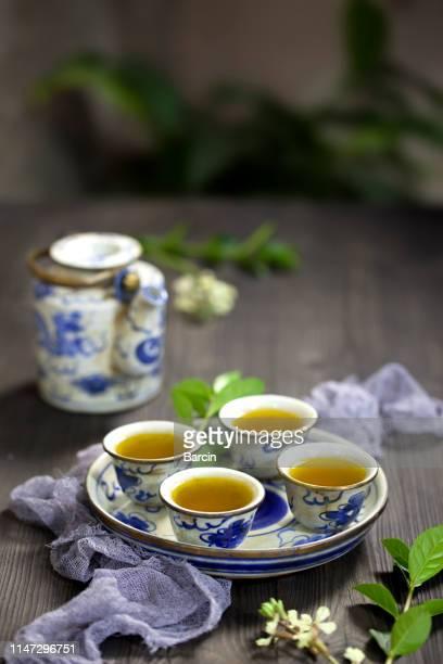 set de té y té chino en la mesa - hoja te verde fotografías e imágenes de stock