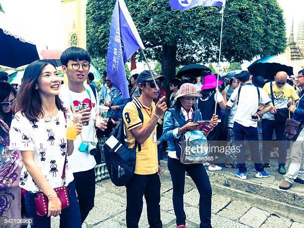 Groupe de touristes chinois et drapeaux