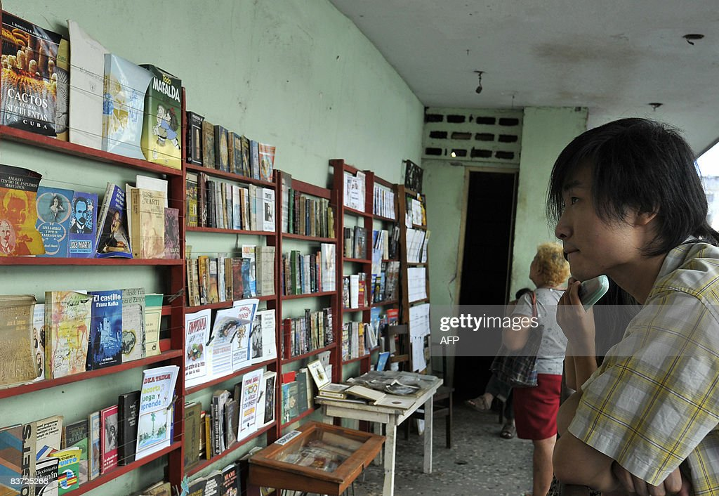 A Chinese tourist looks for books in a b : News Photo