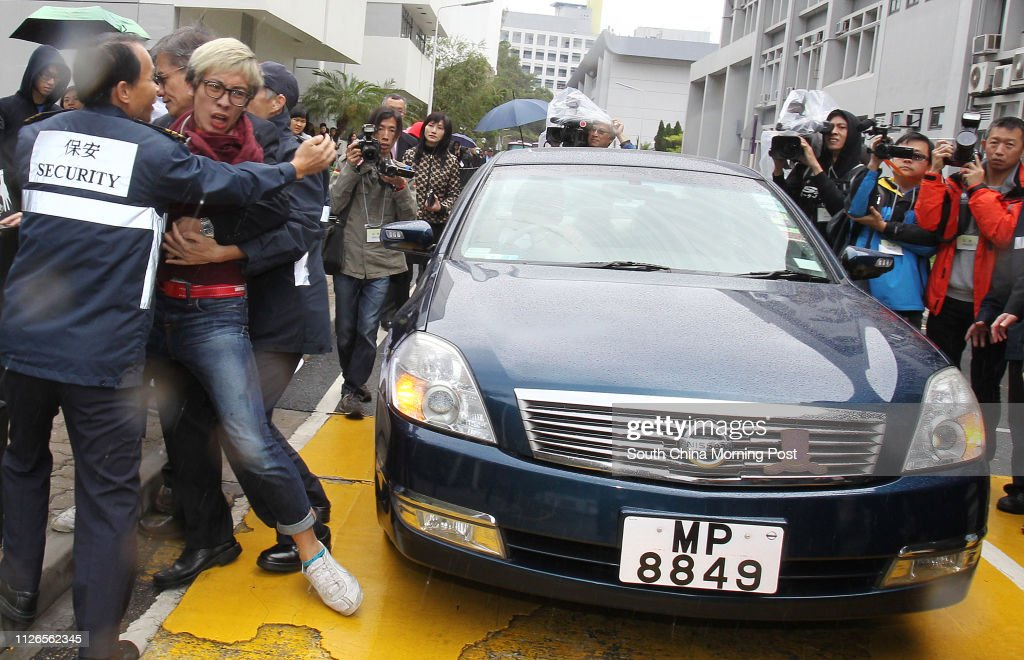 Chinese University of Hong Kong Students' Union members protest CUHK award former president of CUHK Lawrence Lau Juen-yee of honorary doctorate and try to stop his car after the Chinese University of Hong Kong 77th Congregation for the Conferment of Degre : ニュース写真