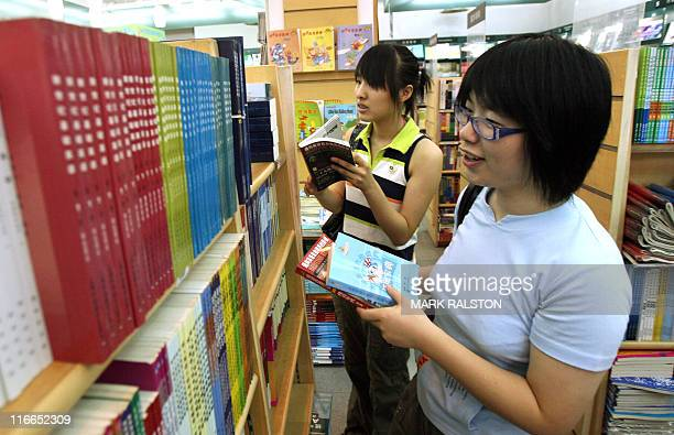 FRENCH 'CHINESOCIETEEDUCATION' BY Chinese university students browse through various textbooks during their summer holidays at a book store in...