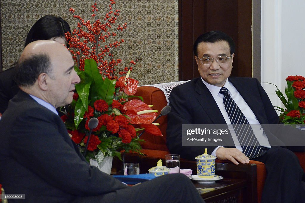 Chinese Vice Premier Li Keqiang (R) chats with French Minister of the Economy Pierre Moscovici (L) during their meeting at the Zhongnanhai leaderships compound in Beijing on January 8, 2013. Moscovici started his a two day visit to China on January 7, 2013.