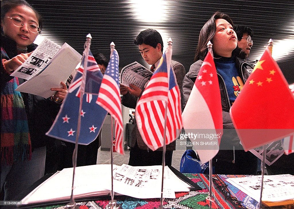 Chinese who are interested in studying abroad read : News Photo