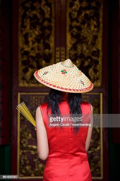 chinese woman at the man mo temple, hong kong, china, asia - man motempel stockfoto's en -beelden