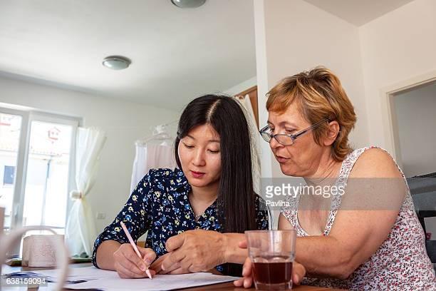 Chinesische Frau Unterricht Reife weibliche Kaukasier chinesische zahlen, Slowenien, Europa