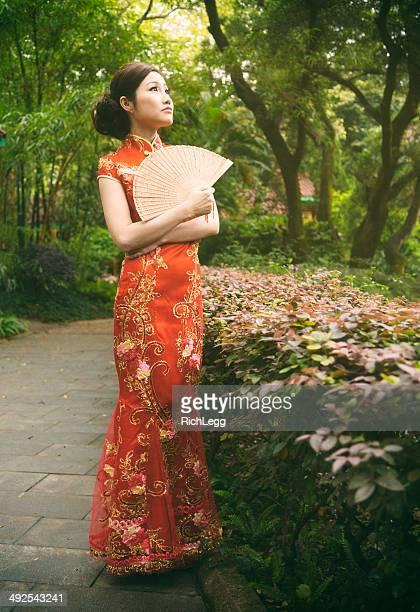 チャイナ服を着ている中国人女性