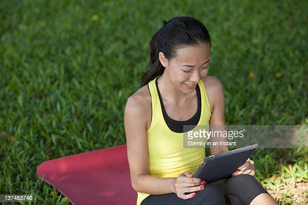 chinese woman with electronic tablet device - newtechnology stock pictures, royalty-free photos & images