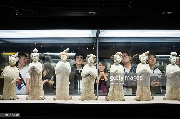 CONTENT] Chinese young men copying ladies' pottery figurine of Tang dynasty in Xi'an Museum