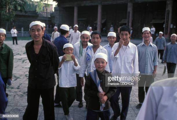 Chinois musulmans devant la grande mosquée de Xi'an en septembre 1980 Chine